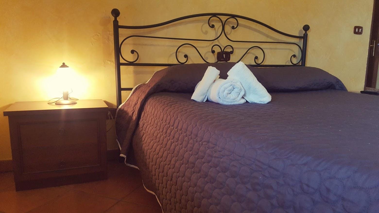 camera con letto matrimoniale agriturismo zampacorta macchiagodena